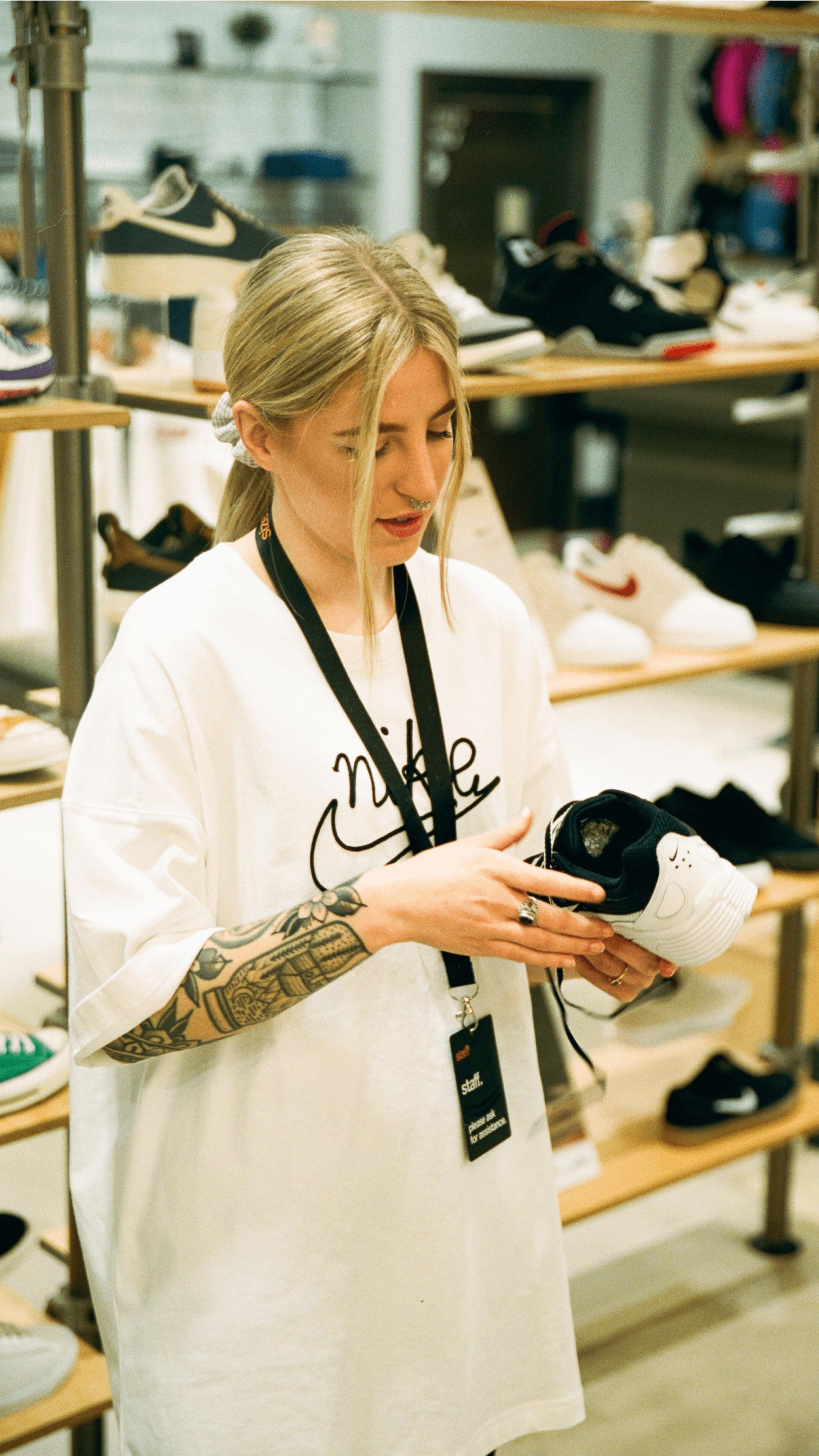 Size Expert Heidi Holding Shoe